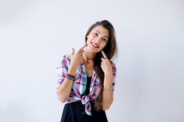 Счастливая девушка, касаясь ее щеки пальцами