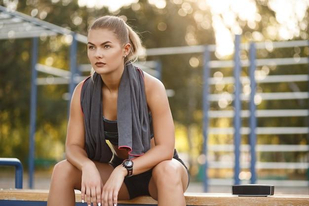 Спорт женщина использовать полотенце