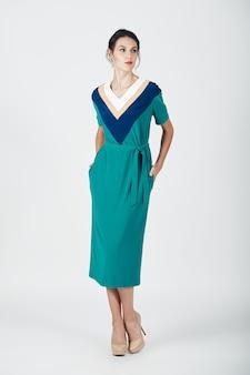 Фасонируйте фото молодой пышной женщины в зеленом платье