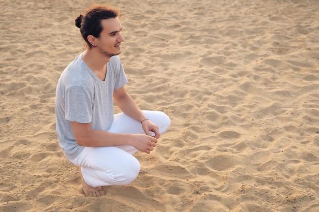 トレーニングの後の安静時の若い男性の肖像画