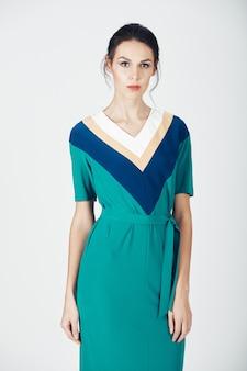 緑のドレスの若い壮大な女性のファッション写真