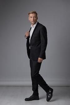 Портрет полная длина человека в формальной одежде