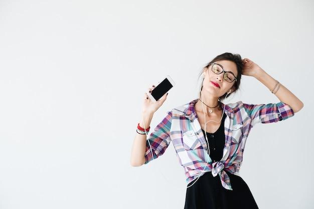 ダンスと携帯電話を示す少女