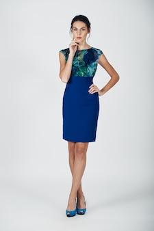 Фасонируйте фото молодой пышной женщины в голубом платье