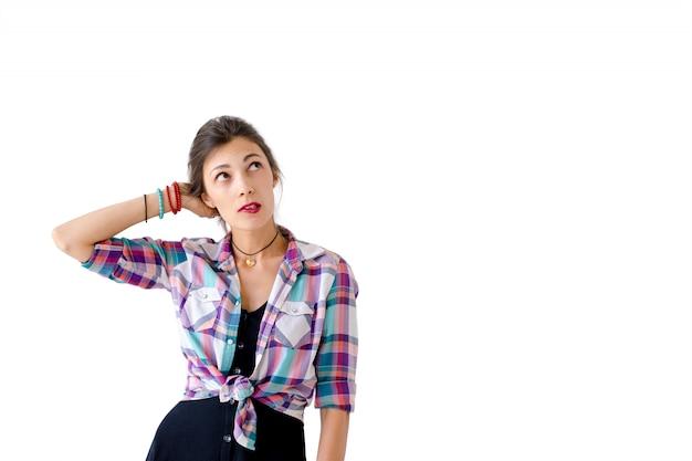 白の休暇に何を着るかを考える女性