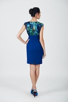 青いドレスの若い壮大な女性のファッション写真