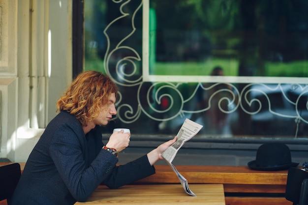 読んでいる間コーヒーを飲む流行に敏感な男