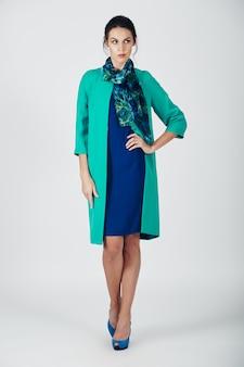 Мода фото молодой пышной женщины в бирюзовом платье