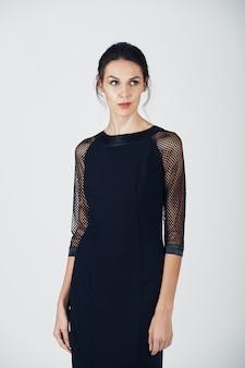 黒のドレスの若い壮大な女性のファッション写真