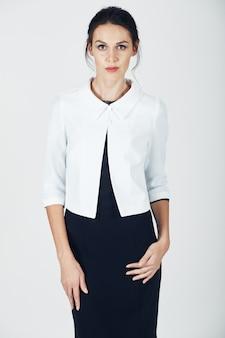 Мода фото молодой великолепной женщины в черном