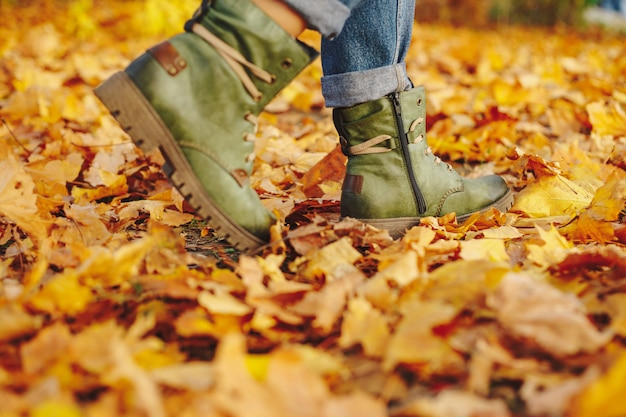 秋の紅葉を歩く革の靴