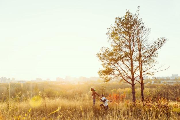 Молодая пара в любви на открытом воздухе