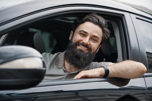 車を運転中笑顔若い男