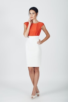 白の若い壮大な女性のファッション写真