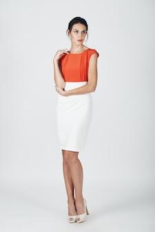 Мода фото молодой пышной женщины в белом