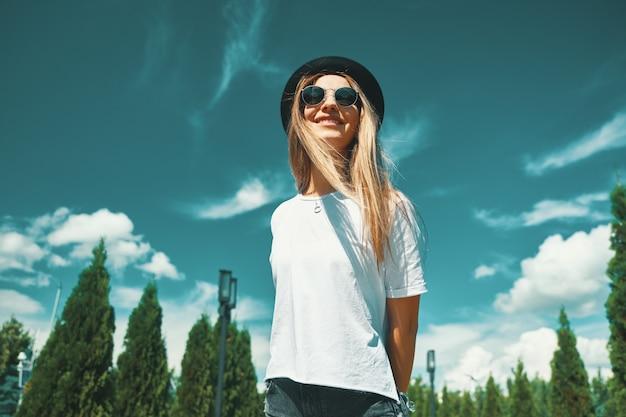 Счастливая молодая женщина наслаждаясь каникулами