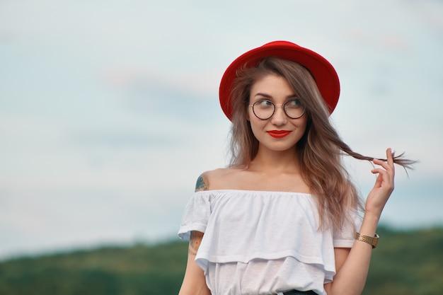 魅力的な笑顔で肖像光沢のある肯定的な女の子