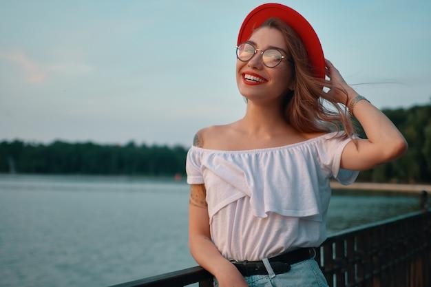 Портрет блестящей позитивной девушки с неотразимой улыбкой