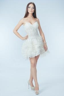 ウェディングドレスで美しい少女