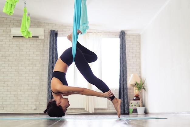 大人の女性が反重力ヨガを実践