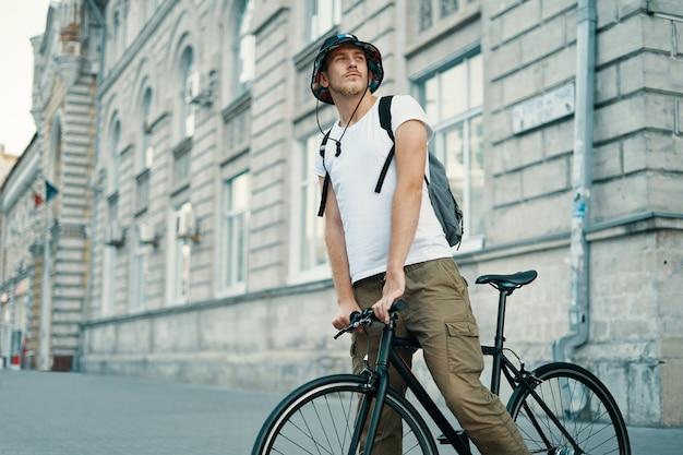 古いヨーロッパの都市の屋外で自転車に乗る男