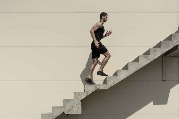 Концепция амбиций с спортсменом, восхождение по лестнице.