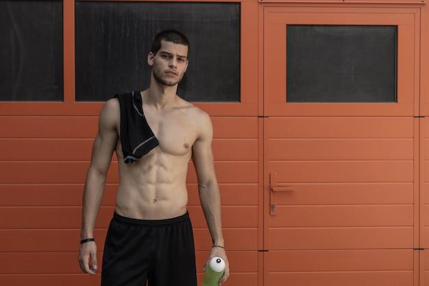 筋肉質の男性モデル