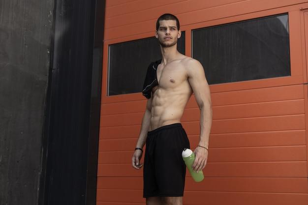 筋肉質の男性モデルのポーズ