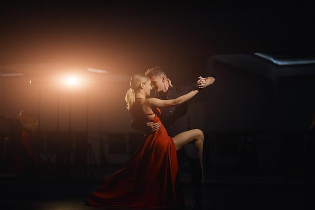 踊る美しい情熱的なダンサー