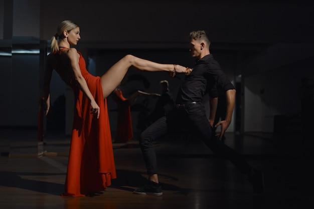 現代の情熱的なダンス