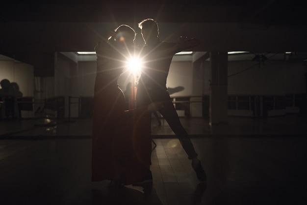 情熱を持って踊る若い美しいカップル