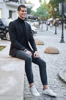 Молодой модный бизнесмен.
