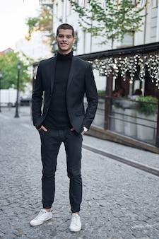 通りを歩いてハンサムな若い男性