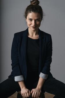 美しい若いビジネス女性の肖像画