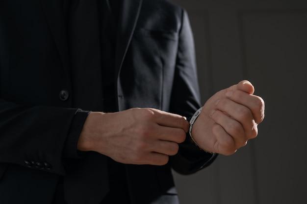 Молодой красивый бизнесмен в черной рубашке и черном костюме
