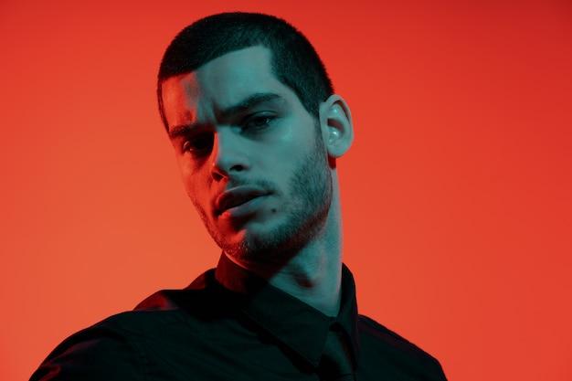 Портрет молодой уверенно красивый бизнесмен в синий и красный свет