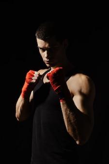 ラックに立っている男性のボクシング