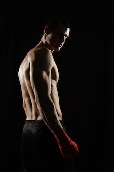 Портрет мужчины боксер, глядя через плечо