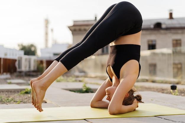 若い女の子のストレッチとヨガのトレーニング運動の練習