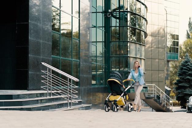 赤ちゃんと青いスーツで成功したビジネスウーマンの肖像画