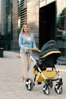 Портрет успешной бизнес-леди в голубом костюме с ребенком