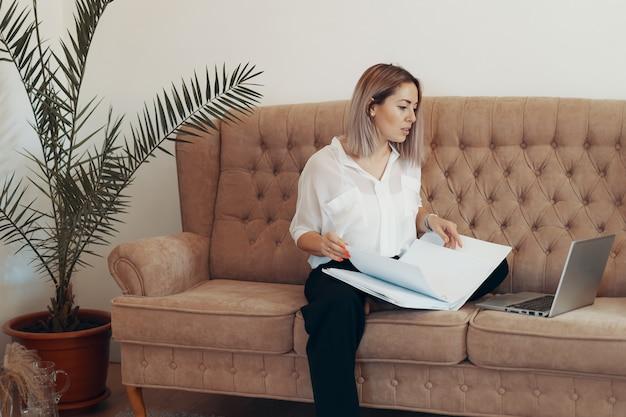 在宅勤務の美しいビジネス女性。マルチタスク、フリーランス、母性のコンセプト