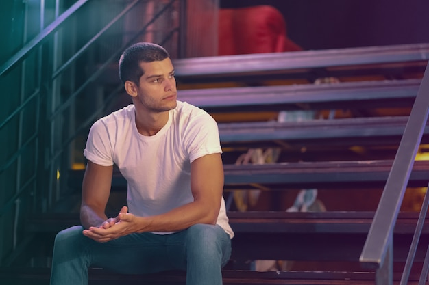 魅力的な男性モデルのクローズアップの肖像画。バーで若いハンサムな男