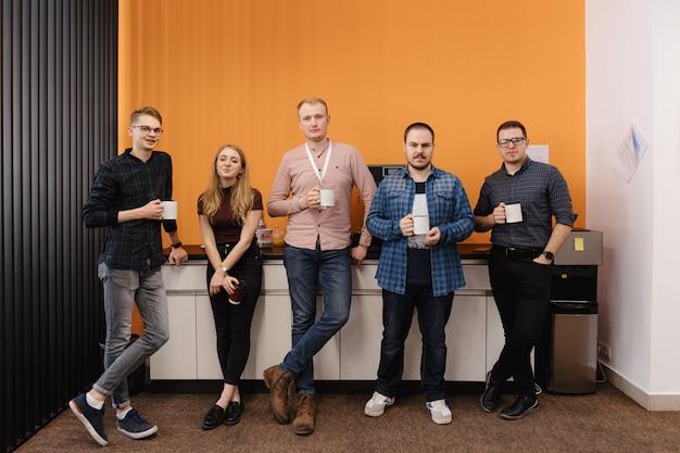 Группа сотрудников, имеющих перерыв на кофе