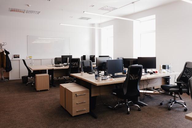 近代的なオフィススペースのインテリア。