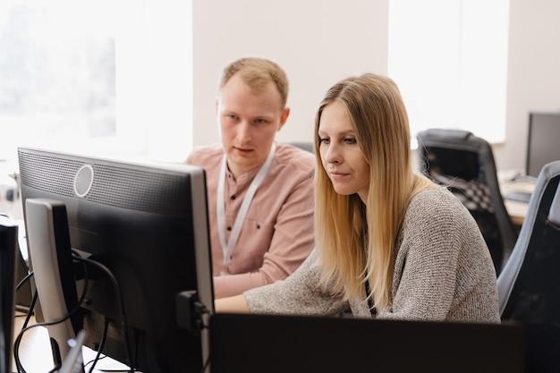Группа молодых деловых людей, работающих в офисе