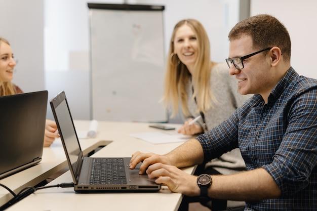 Коллеги работают вместе в конференц-зале.