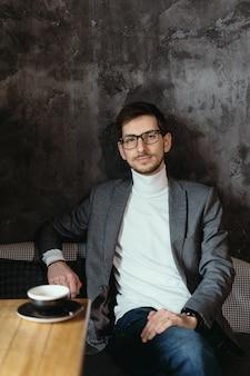 Портрет молодой, уверенный в себе бизнесмен в очках