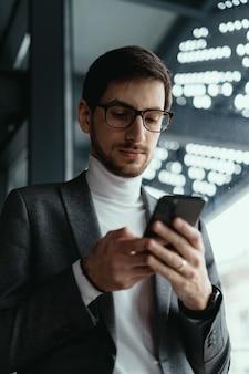 Портрет успешного делового текстовых сообщений на смартфоне