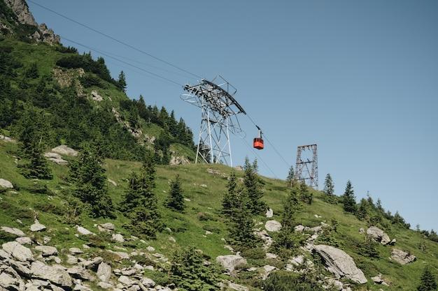 緑のトランシルヴァニアのカルパティア山脈、ルーマニアのトランスファガラサンケーブルウェイ